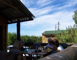 Die Vlei cottage and camp - Lunch on the deck 2
